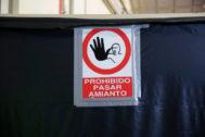 Cartel de aviso de amianto en el centro de reparación de Metro de Canillejas.