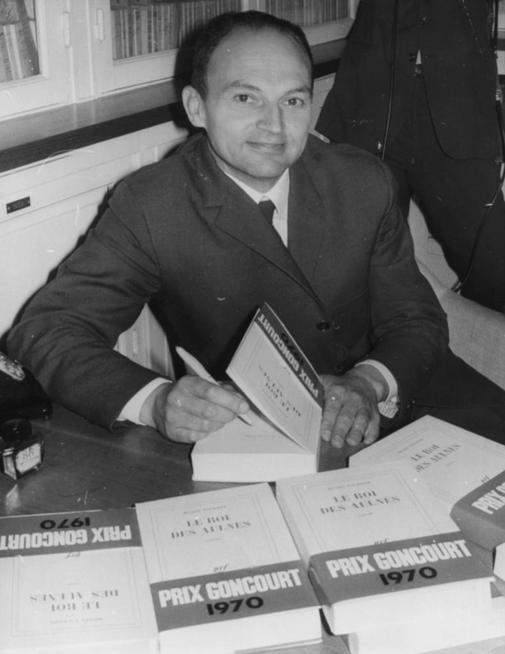 Michel Tournier firmando su libros 'Le Roi des Aulnes' en 1970.