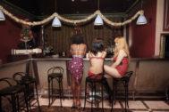Tres chicas en el interior de un club de alterne.