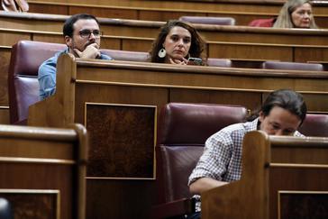 Alberto Garzón y Pablo Iglesias, en sus escaños el día de la segunda votación de investidura de Pedro Sánchez.