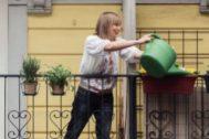 Señora colabora regando las plantas de un vecino : '¿Tienes Sal?'