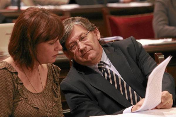 Francina Armengol, recién nombrada secretaria general del PSIB-PSOE, y el hoy presidente del Parlament, Vicenç Thomàs, en  un pleno en 2012.