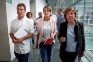 De izq. a dcha: Eduardo Santos, María Chivite y Uxue Barkos, este viernes en el Parlamento de Navarra.