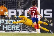 Courtois, ante Joao Félix, impotente ante uno de los goles de Costa.
