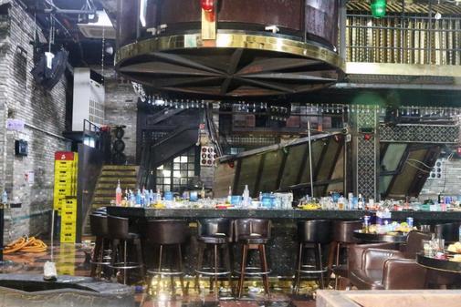 Vista general de los daños en el interior de la discoteca Coyote Ugly...