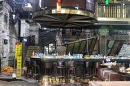 Vista general de los daños en el interior de la discoteca Coyote Ugly en Gwangju, Corea del Sur