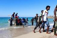 La guardia costera libia rescata a los migrantes avistados en el mar.