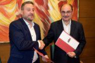Javier Lambán, a la derecha, con el presidente de la Chunta Aragonesista, José Luis Soro, tras firmar un acuerdo el pasado 19 de julio.