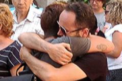 Familiares de la víctima se abrazan, el viernes, en Beniel.