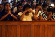 Católicos de Sri Lanka rezan durante una misa, en Colombo.