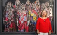 García Rodero, ante las mujeres que ha fotografiado durante su trabajo en la India y que ahora expone con el programa Arte en la calle de La Caixa.