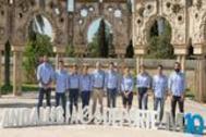 """El presidente de la Junta de Andalucía (cd) y el consejero de Educación y Deporte (ci), posan con los deportistas durante la presentación del Programa """"Mentor 10"""""""
