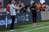 KB01. EAST RUTHERFORD (ESTADOS UNIDOS), 26/07/2019.- El director técnico del Atlético de Madrid, Diego <HIT>Simeone</HIT> (d), reacciona al final del partido este viernes, durante un partido amistoso entre el Real Madrid y el Atlético de Madrid, disputado en el estadio MetLife en East Rutherford, Nueva Jersey (EE.UU.).