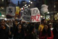 Miles de personas marchan contra el asesinato de líderes, en Bogotá.