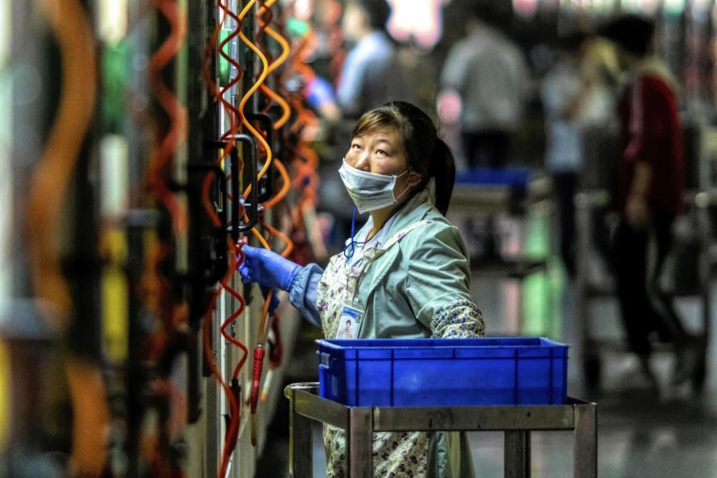 Una mujer trabaja en la empresa tecnológica Everwin, que fabrica componentes para móviles, en Dongguan.