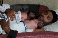 Juan Rodríguez, en una foto familiar con sus gemelos. | FACEBOOK