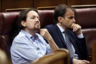 Pablo Iglesias escucha las intervenciones del debate de investidura en el Congreso.