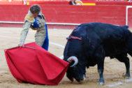 Derechazo de Román a 'Presumido', el toro de su reaparición, este sábado en Valencia.