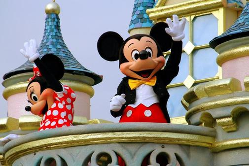'Mickey' y 'Minnie Mouse' de Disney en una carroza en el Grand Parade...
