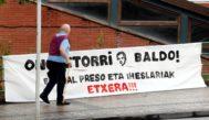 Un vecino de Hernani camina junto a uno de las pancartas colocadas en el homenaje del exetarra 'Baldo'.