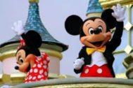 'Mickey' y 'Minnie Mouse' de Disney en una carroza en el Grand Parade de Main Street saludando a los visitantes de Disneylandia