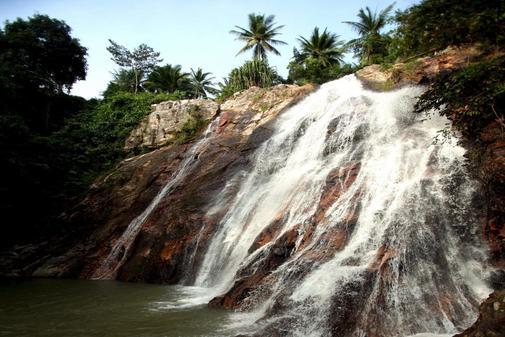 Vista de la cascada Na Meung, en la isla de Ko Samui, cercana a la de...