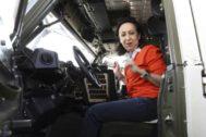 La ministra de Defensa, Margarita Robles, a bordo de un vehículo blindado, durante la visita a Líbano