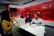 Una de las mesas de votación instaladas este domingo por el PSN en Navarra.