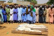 Varios hombres observan los cuerpos de dos asesinados por Boko Haram.