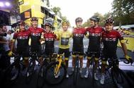 Paris (France).- Colombia's Egan Bernal (C) of Team <HIT>Ineos</HIT> wears the overall leader's yellow jersey as he poses with his teammates following the 21st and final stage of the 106th edition of the Tour de France cycling race over 128km between Rambouillet and the Champs Elysees in Paris, France, 28 July 2019. (Ciclismo, Francia) EPA/
