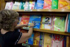 Libros de texto en una estantería.