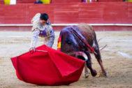 Profundo y encajado derechazo de Paco Ureña al tercer toro de Luis Algarra, ayer en Valencia.