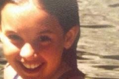 Irene Montero de pequeña en una charca de su pueblo.