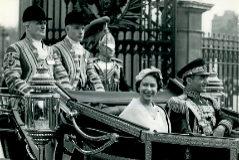 El Sha de Persia con la reina Isabel II, en Londres, en 1959.