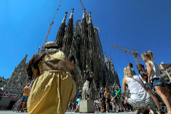 Todo turista que visita Barcelona quiere hacerse una foto delante de la Sagrada Familia.
