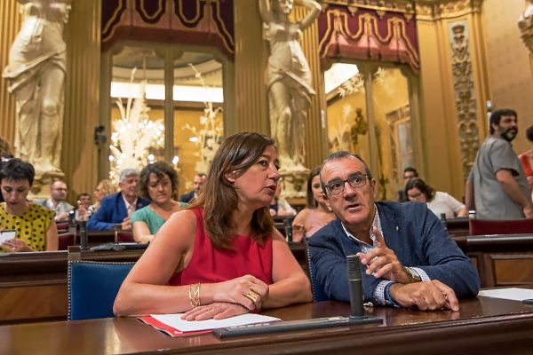 La presidenta Armengol y el vicepresidente Yllanes durante el debate de investidura.