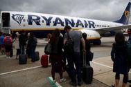 Pasajeros embarcan en un vuelo de Ryanair