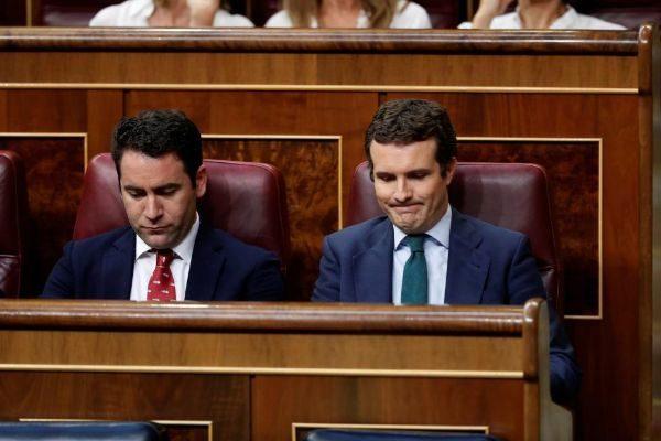 Teodoro García Egea y Pablo Casado, durante el debate de investidura...