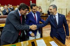 Juan Marín estrecha la mano de Juan Bravo en presencia del presidente de la Junta tras la aprobación de los presupuestos.