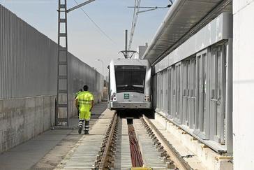 Un convoy del metro de Sevilla llega a una de las estaciones de la línea 1 del suburbano.