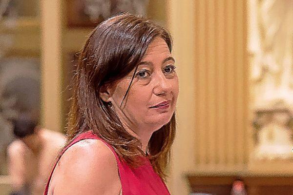 Armengol, durante el pleno de su investidura como presidenta balear.