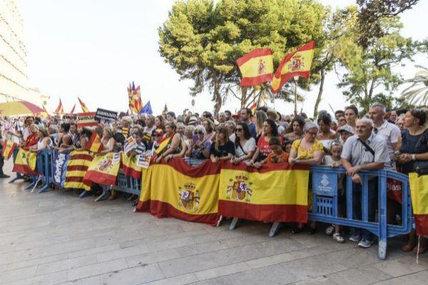 Constitucionalistas apoyando al rey Felipe frente a La Almudaina.