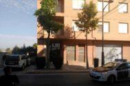Coches de la Guardia Civil, ante la vivienda de Beniel donde tuvo lugar el crimen.