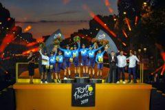 El equipo Movistar, en el podio de París.