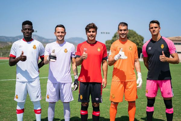 Los jugadores del RCD Mallorca con las nuevas camisetas.