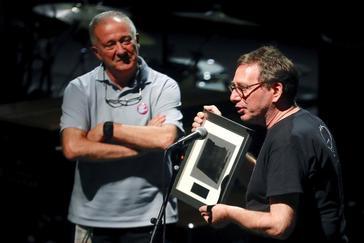 John Zorn, tras recibir de manos de Miguel Martín el Premio 'Donostiako Jazzaldia'