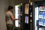 La actual oferta de las máquinas expendedoras favorece la obesidad, la diabetes y el colesterol.