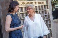 La ex consellera de Sanidad, Carmen Montón, junto a la actual responsable, Ana Barceló.