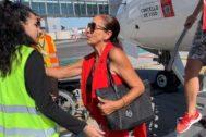 Isabel Pantoja tras bajar del avión