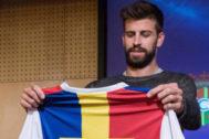 Gerard Piqué muestra la camiseta del Andorra.